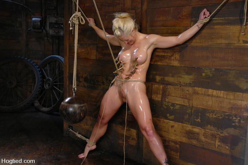Blonde Sklavin in Extremfesselung