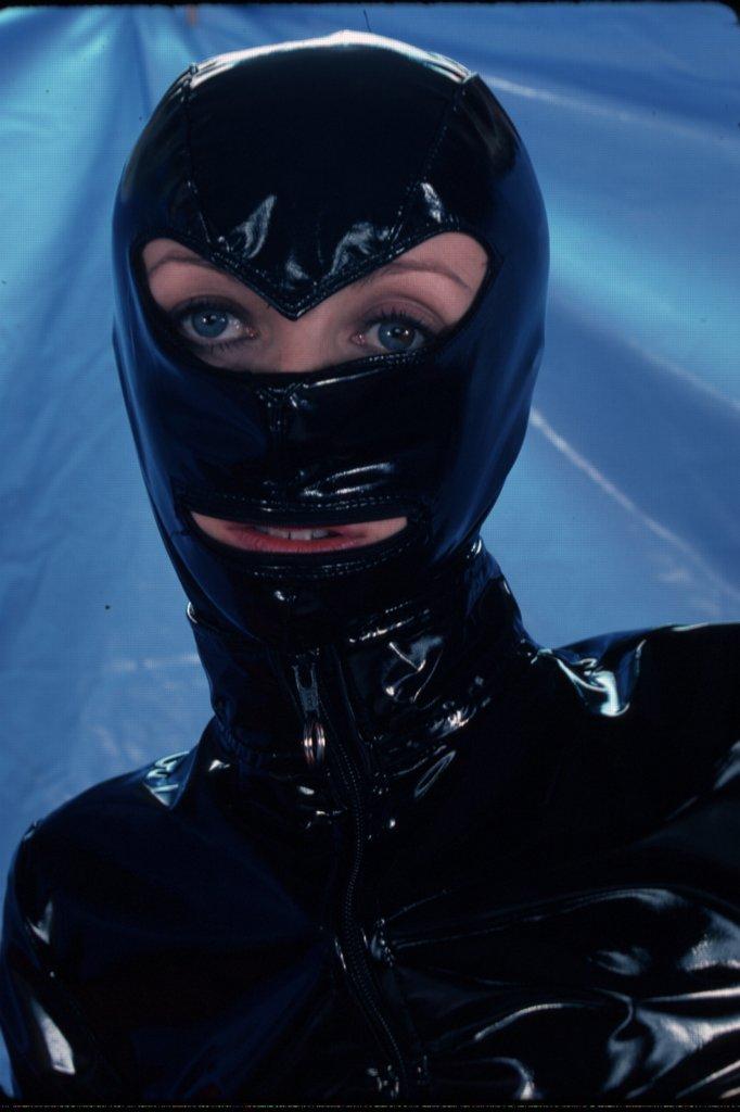 Frau trägt BDSMmaske