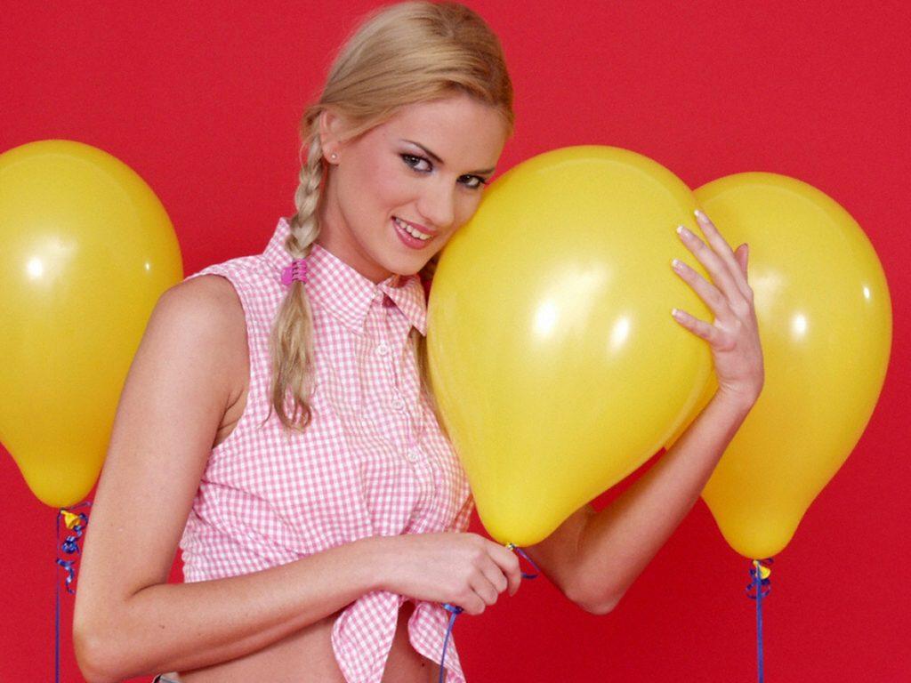 Frau umarmt Luftballon